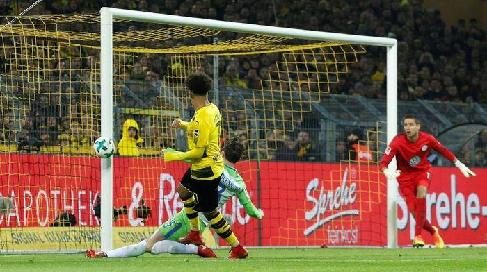 Tembakan Jadon Sancho mengenai tiang gawang Wolfsburg (Leon Kuegeler/Reuters)