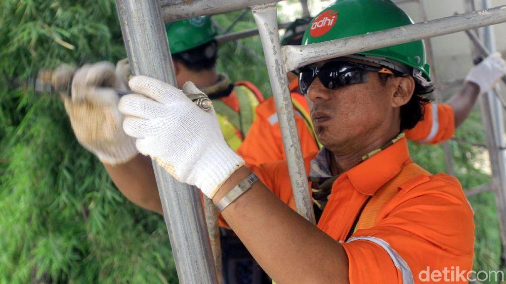 Melihat Perjuangan Pekerja Membangun LRT Jabodebek