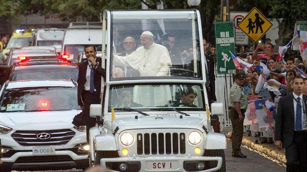 Foto: Antusiasme dan Aksi Protes Sambut Kedatangan Paus di Chile