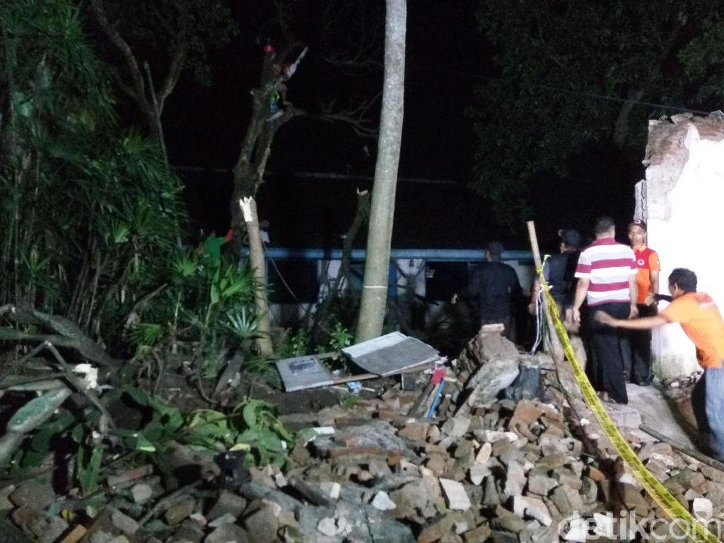 Tembok di Barat Keraton Surakarta Ambruk Timpa Warung