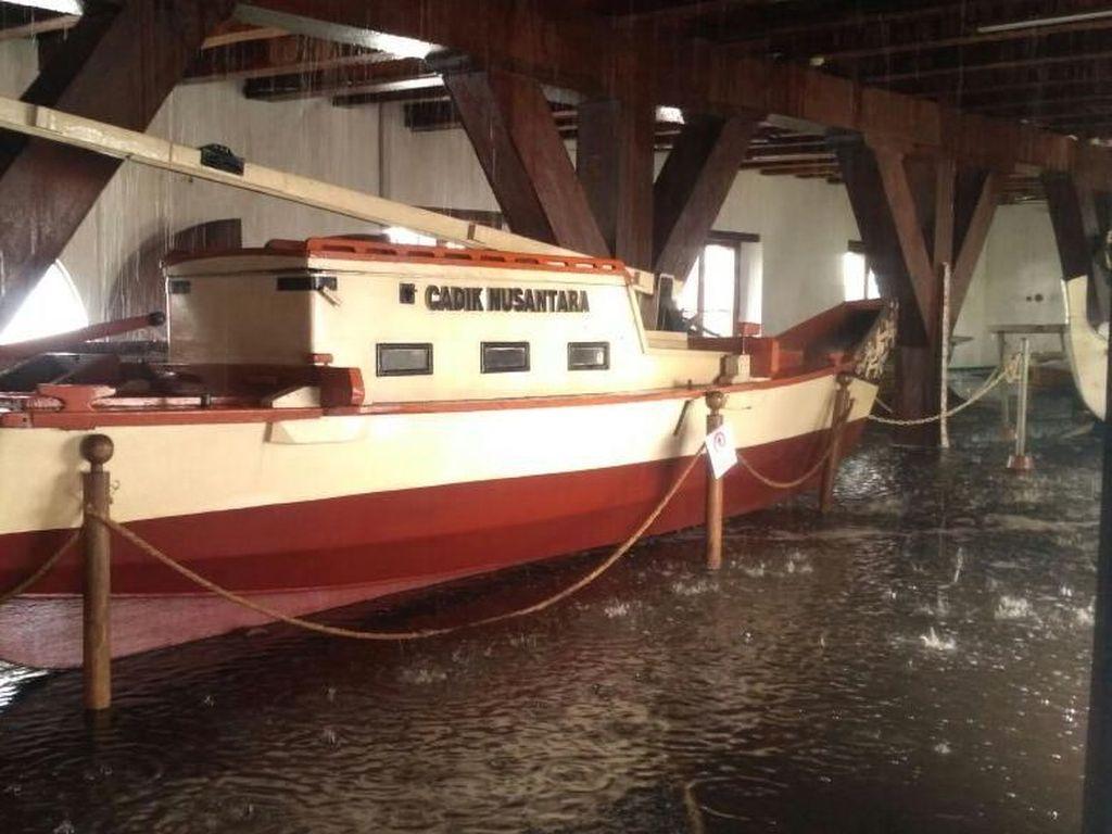 Perahu-perahu Klasik dan Genangan Air di Museum Bahari Pasca Kebakaran