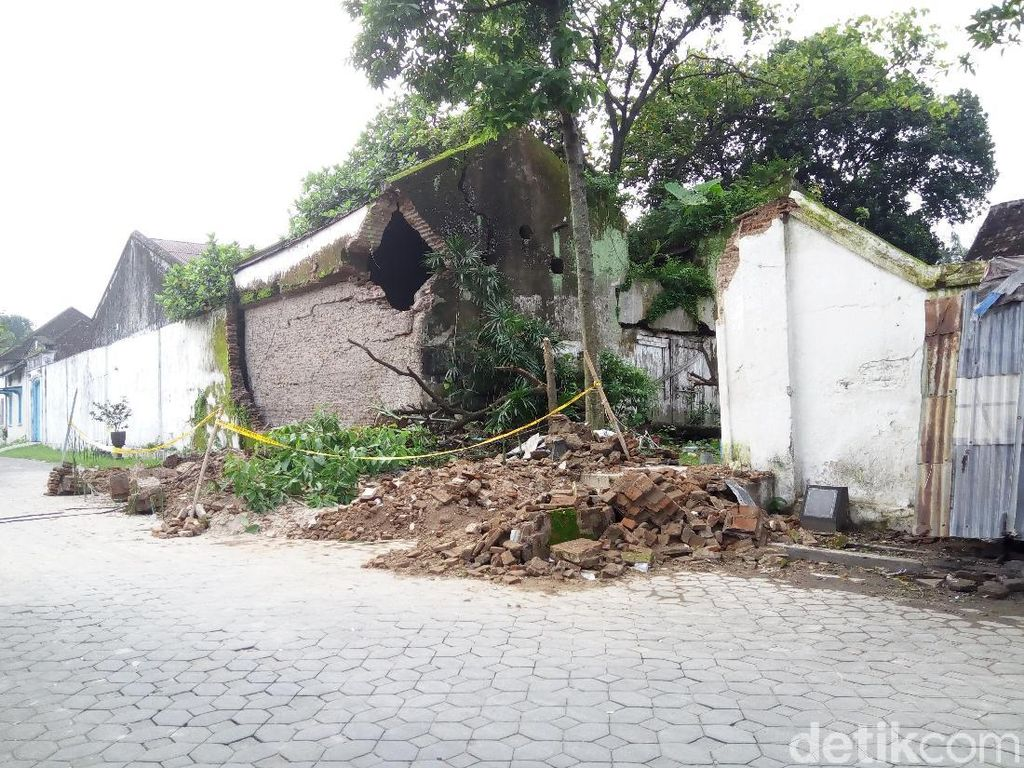 Foto: Tembok Keraton Surakarta yang Ambruk dan Timpa Warung