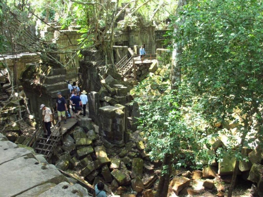 Menyusuri Kuil Cantik yang Setengah Runtuh, Beng Mealea