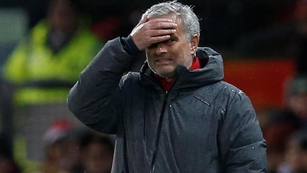 Ada Bus Merah Mourinho Keliling Kota Manchester Jelang Derby