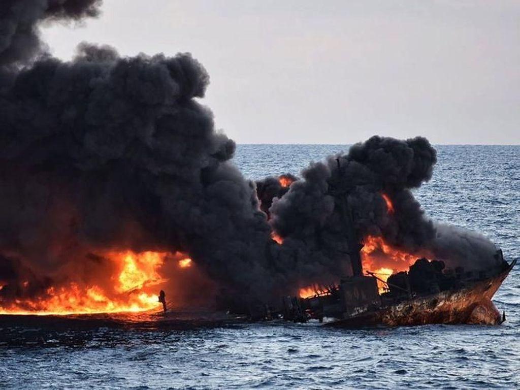 Penampakan Kapal Tanker Terbakar dan Tumpahkan Minyak ke Laut