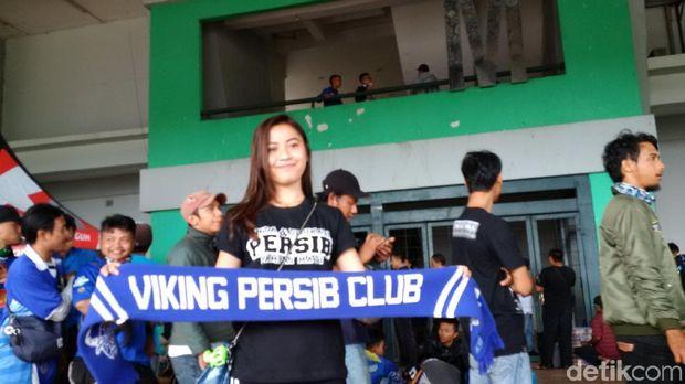 Kaum Hawa pun Tak Ketinggalan Nonton Persib vs Sriwijaya FC