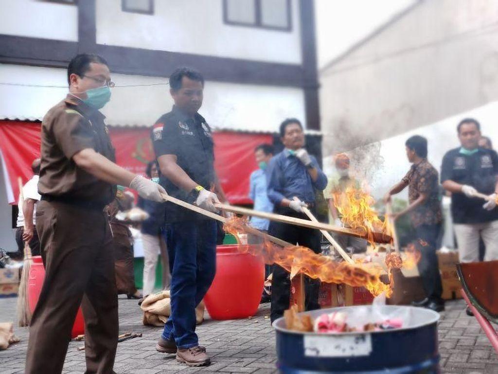 Kejari Tanjung Perak Bakar 10 Kg Ganja dan 823 Gram Sabu