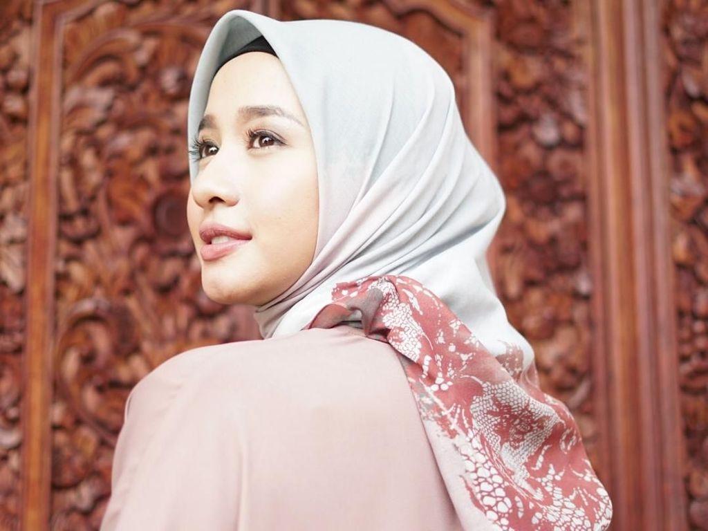 Foto: 10 Hijab Scarf Motif Buatan Laudya C. Bella Hingga Shireen Sungkar
