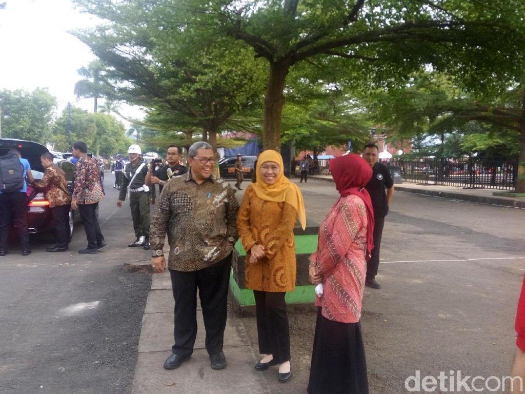 Khofifah Masih Dampingi Jokowi Bagi-bagi Kartu Sakti di Banjar