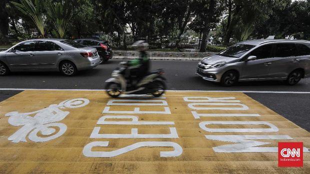Jalur khusus sepeda motor di Jalan Medan Merdeka Barat, Jakarta, 17 Januari.