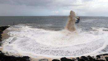 Foto: Saat Kapal Keruk Prancis 'Semburkan' Pasir untuk Cegah Abrasi