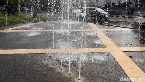 Taman Jati Asih di Kota Bekasi dilengkapi dengan air mancur, Rabu (17/2/1018). Air mancur itu menyemburkan air 24 jam nonstop.