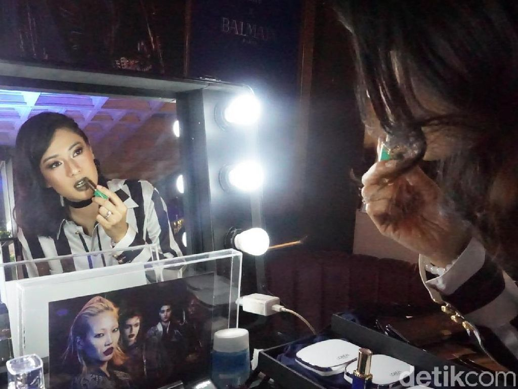 Foto: Dian Sastrowardoyo Tampil Beda dengan Lipstik Hijau
