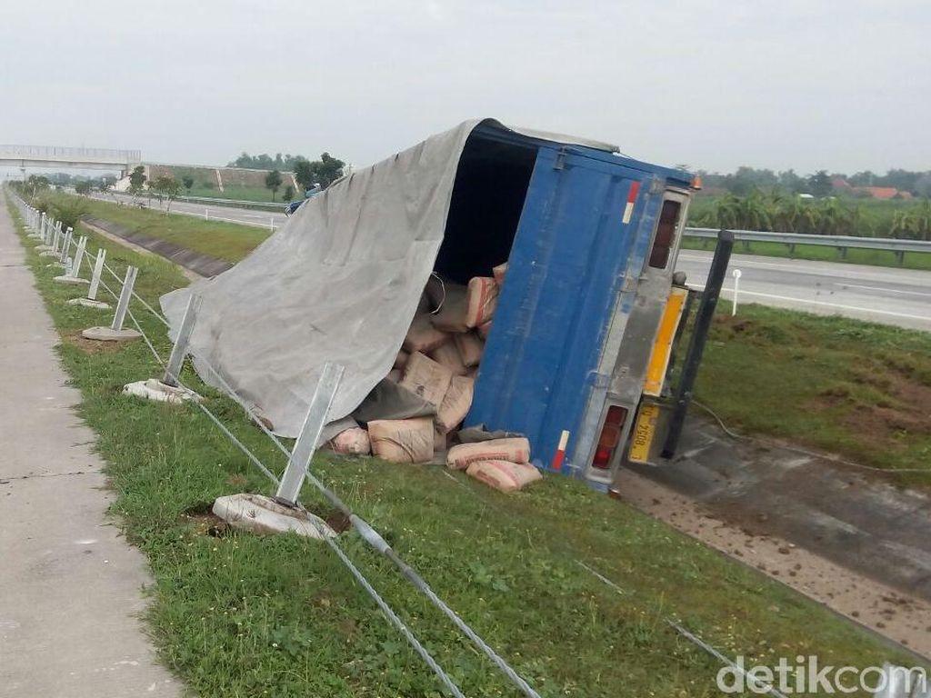 Truk Muat Semen Terguling di Tol Mojokerto-Kertosono, Sopir Luka