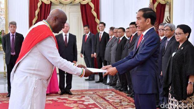 Para dubes bergantian menyerahkan surat kepercayaan kepada Jokowi