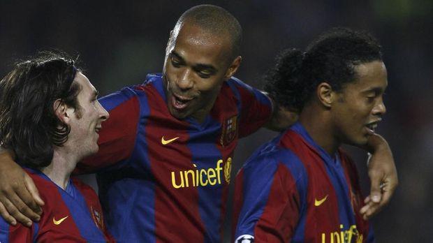 Ronaldinho (kanan) pernah membuat kagum para fan lawan di El Clasico. (