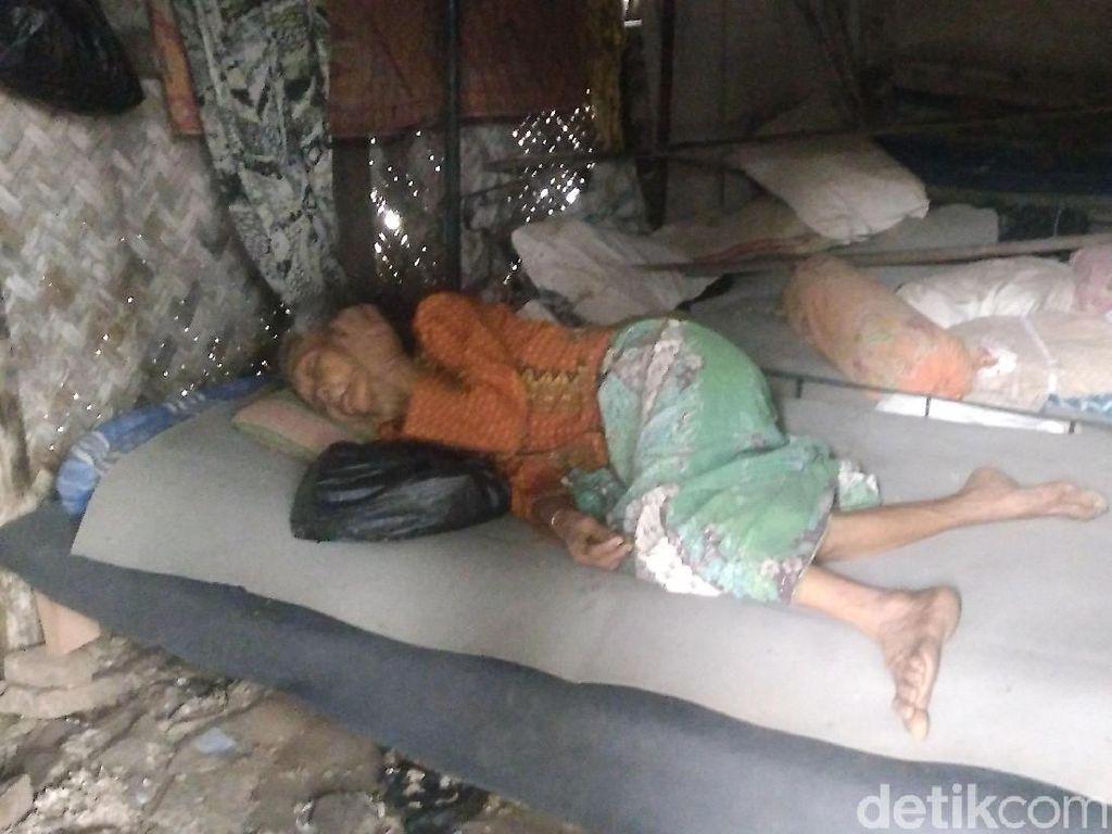 Kisah Mur, Nenek Sebatang Kara yang Tinggal di Gubuk Cirebon