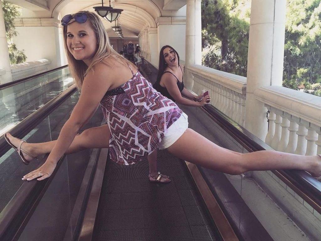 Foto Orang-orang yang Iseng Split di Atas Escalator
