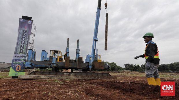 Pekerja di lokasi proyek rumah DP nol rupiah di Pondok Kelapa.