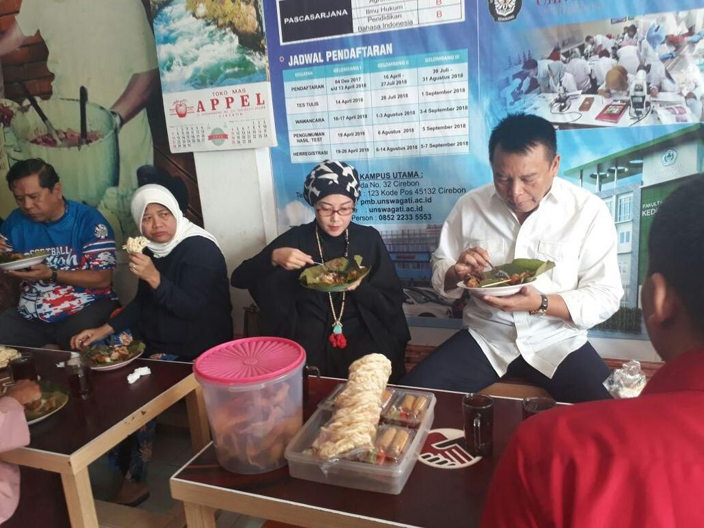 Berkunjung ke Cirebon, TB Hasanuddin Santap Nasi Jamblang