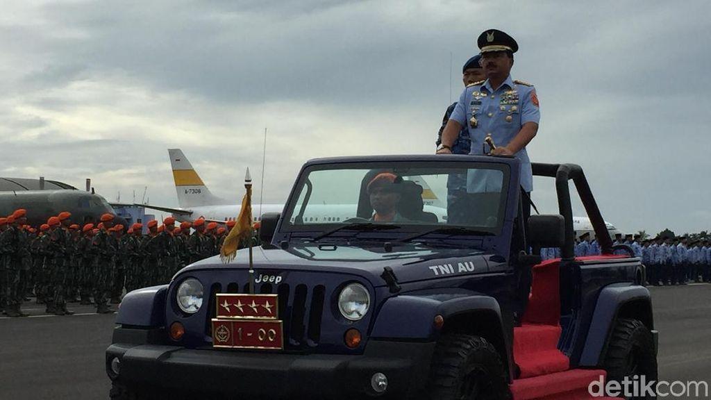 Foto: Panglima TNI Marsekal Hadi Naik Jip di Sertijab KSAU