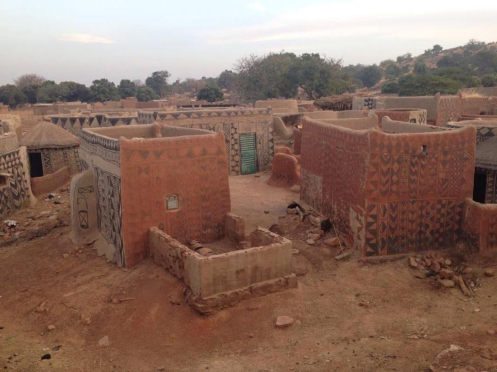 Rumah Tanah Liat di Desa Afrika Ini Penuh Simbol Nyeni