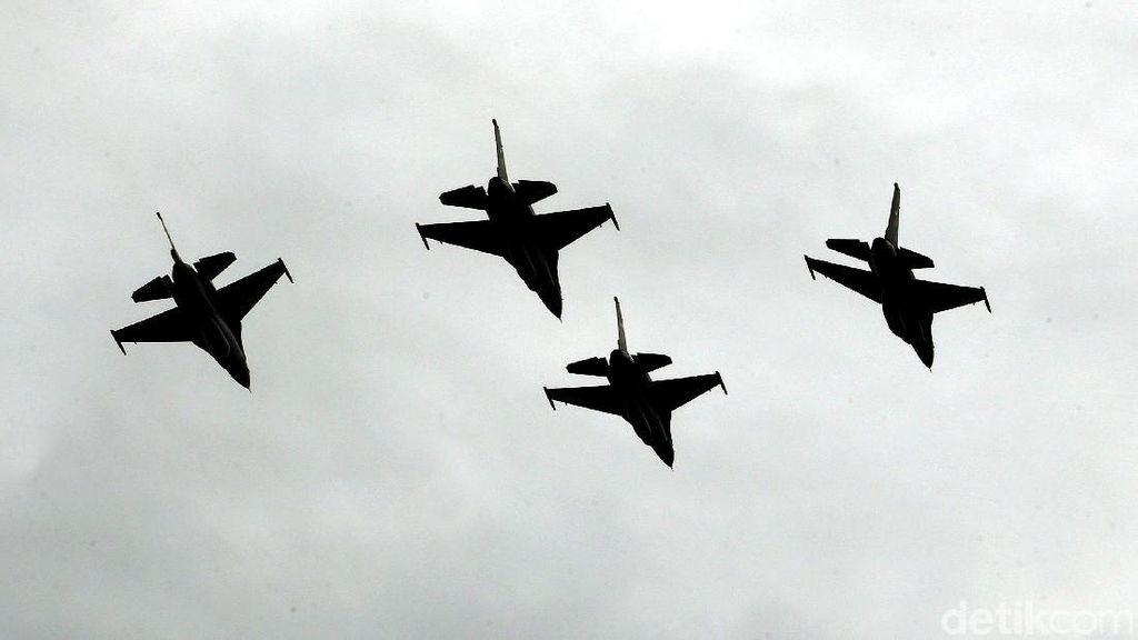 Manuver Pesawat F-16 Meriahkan Sertijab KSAU
