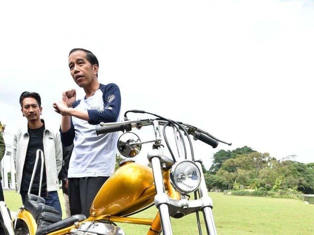 Potret Jokowi dan Motor Chopper Emas yang Baru Dibelinya
