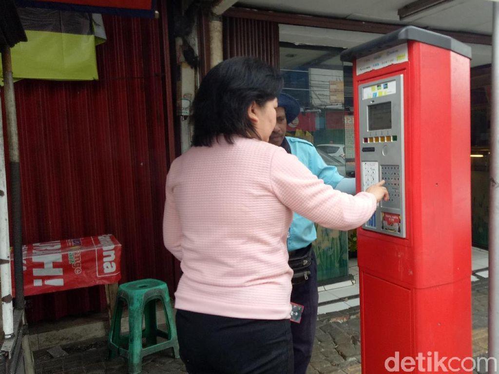 Foto: Warga Kembali Bayar Parkir Lewat Mesin di Jl Sabang