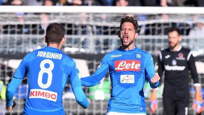 Dries Mertens merayakan gol ke gawang Atalanta. (Alberto Lingria/Reuters)