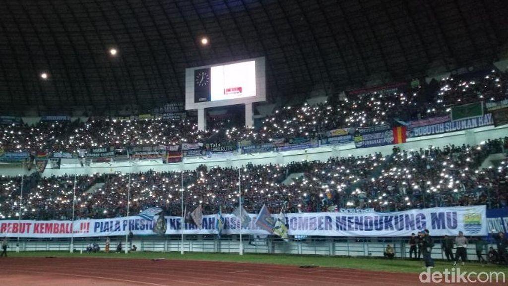 Nyala Layar Ponsel di Stadion GBLA dan Sambutan Bobotoh untuk Djajang Nurjaman