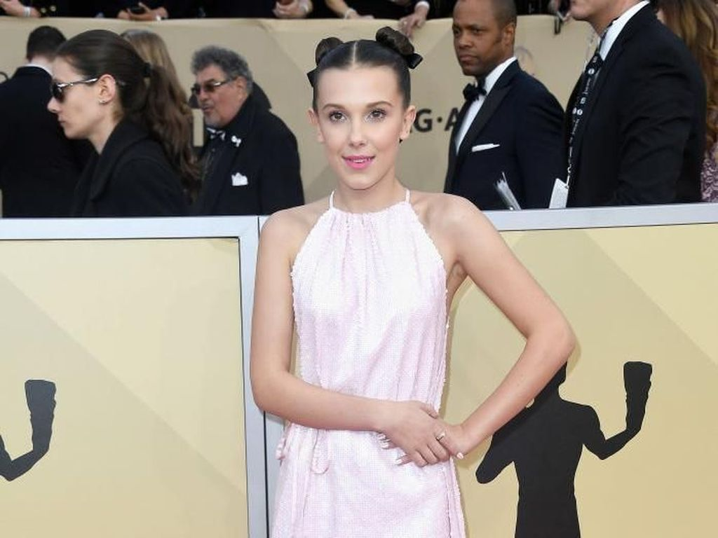 Gaya Unik Millie Bobby Brown Pakai Sneakers Converse dan Gaun di Red Carpet