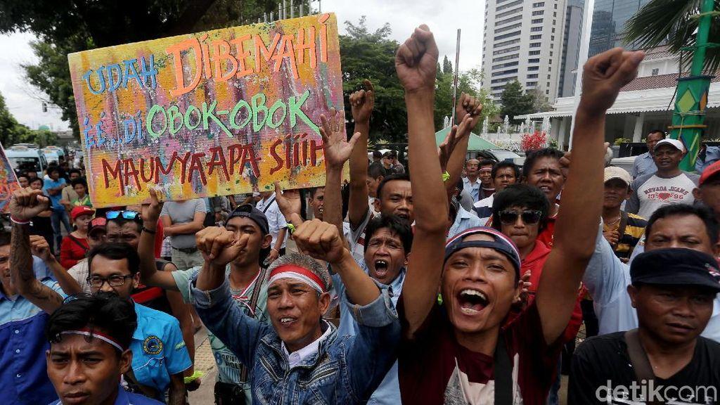 Ratusan Sopir Angkot Demo di Balai Kota