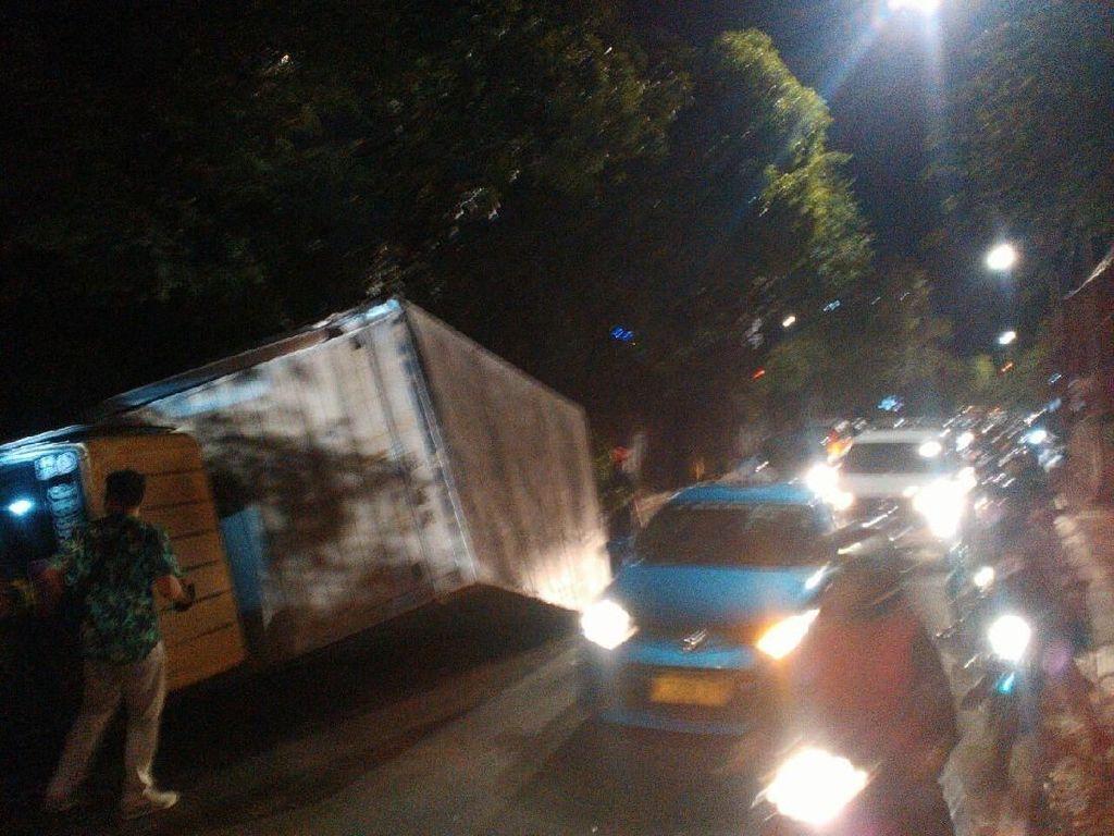 Truk Terguling di Jalan TB Simatupang Jaksel, Lalin Macet
