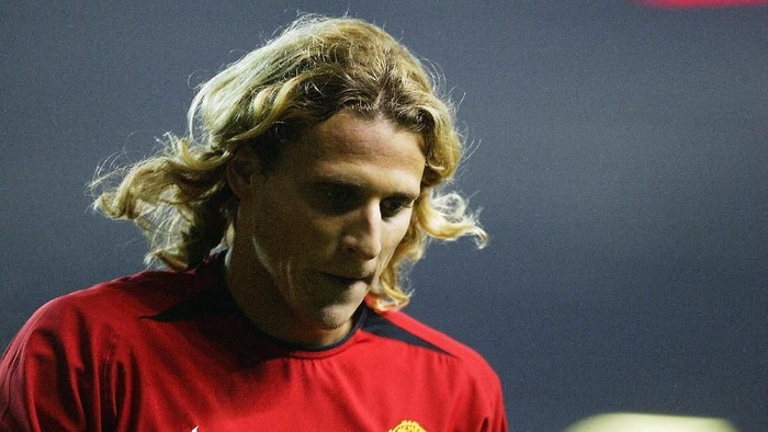 MANCHESTER, ENGLAND - FEBRUARY 11:  Diego Forlan of Manchester United at the end of the FA Barclaycard Premiership match between Manchester United and Middlesbrough at Old Trafford on February 11, 2004 in Manchester, England.  (Photo by Clive Mason/Getty Images)