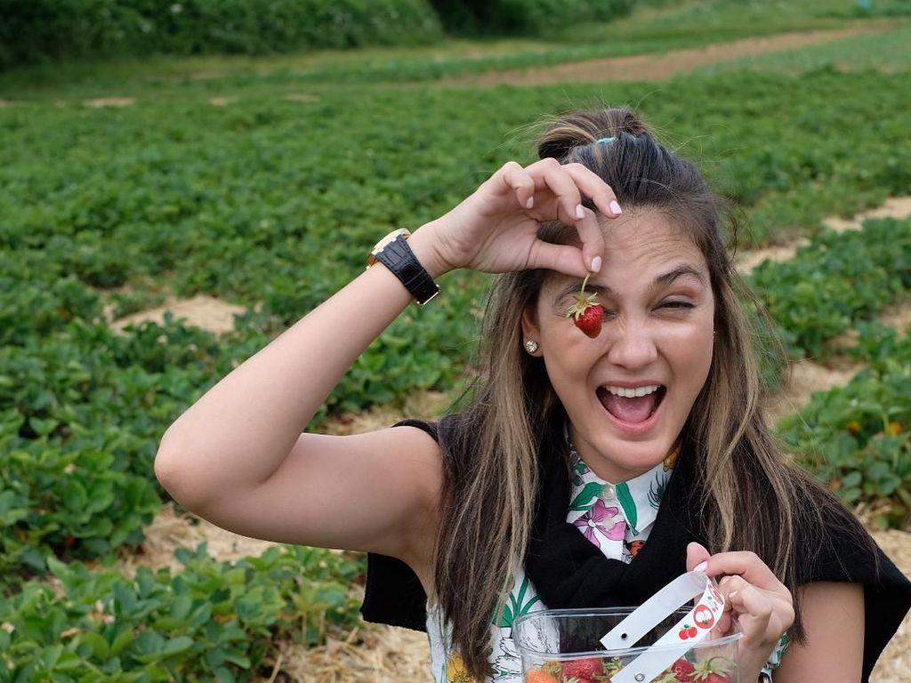 Ah, 10 Pose Cantik Luna Maya Bersama Makanan Ini Bikin Gagal Fokus!