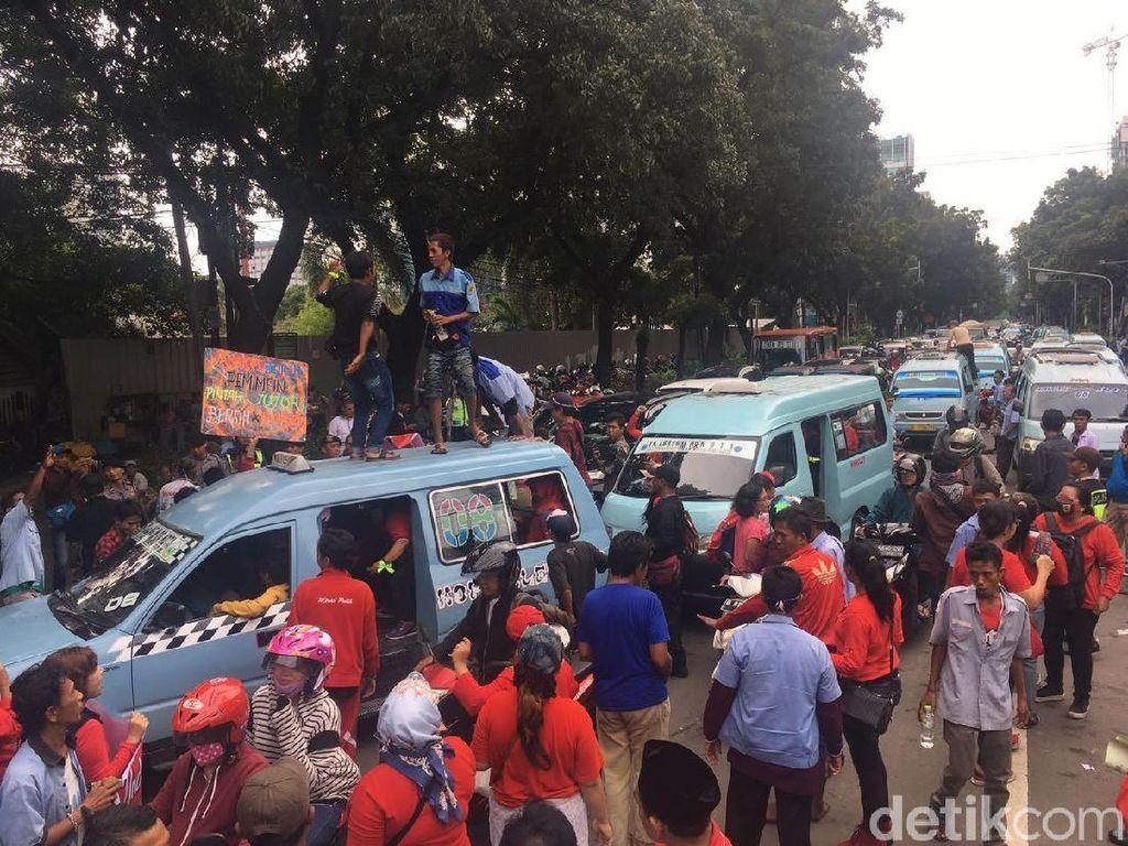 Sopir Angkot Tanah Abang Blokir Jalan Kebon Sirih, Lalin Macet