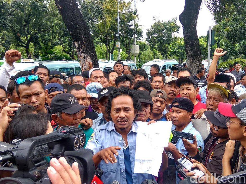Mogok Narik, Sopir Angkot Tanah Abang Demo di Balai Kota DKI