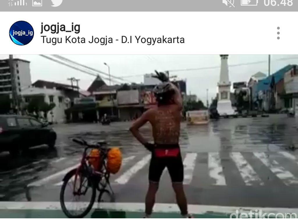 Beredar Video Pegowes Telanjang Dada Joget Asyik di Simpang Tugu Yogya