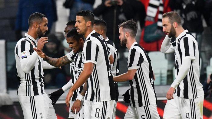 Pemain Juventus merayakan gol Douglas Costa ke gawang Genoa (Foto: Alessandro Sabattini/Getty Images)
