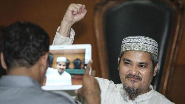 Terdakwa kasus dugaan ujaran kebencian Jon Riah Ukur (Jonru Ginting), di Pengadilan Negeri Jakarta Timur, Senin (22/1).