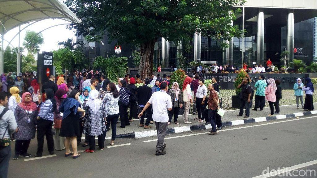 Potret Kepanikan Warga Jakarta saat Gempa 6,4 SR