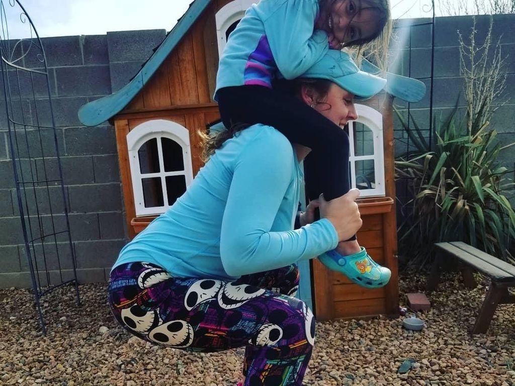 Foto: Para Hot Mommy Olahraga Sambil Jaga Anak