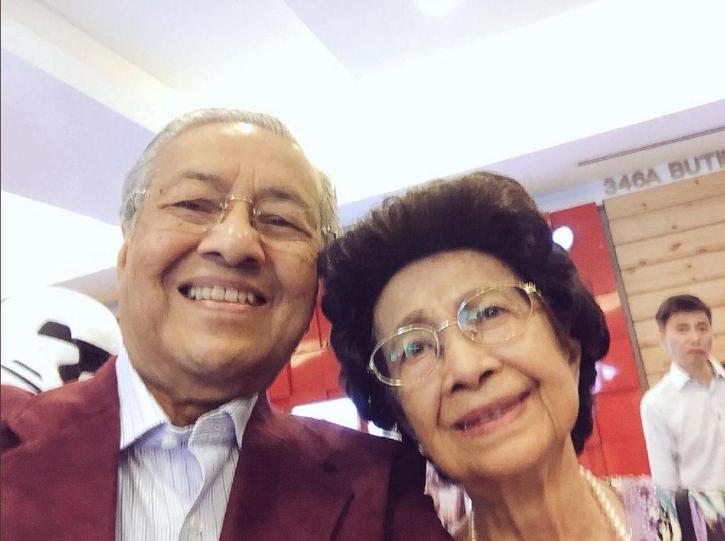 Video Pelukan Istri Untuk Mahathir Saat Pelantikan Muhyiddin