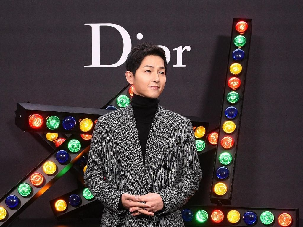 Disebut Mirip Song Joong Ki, Pria China Ini Malah Dipotong Gaji