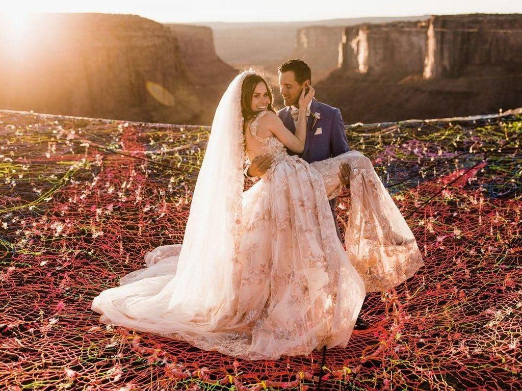 Foto Unik Tapi Ngeri, Pasangan Gelar Pernikahan di Atas Jurang