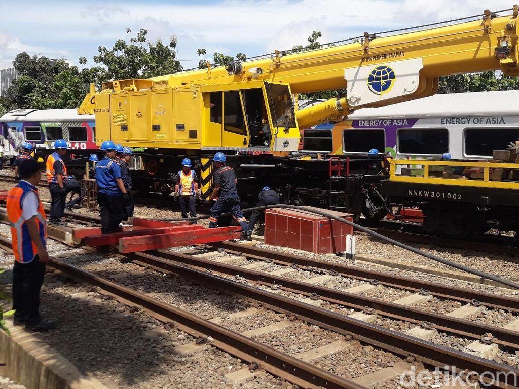 Alat Berat Evakuasi Kereta Anjlok di Stasiun Bandung