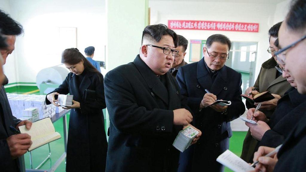 Foto: Gaya Kim Jong Un Saat Kunjungi Pabrik Obat di Pyongyang