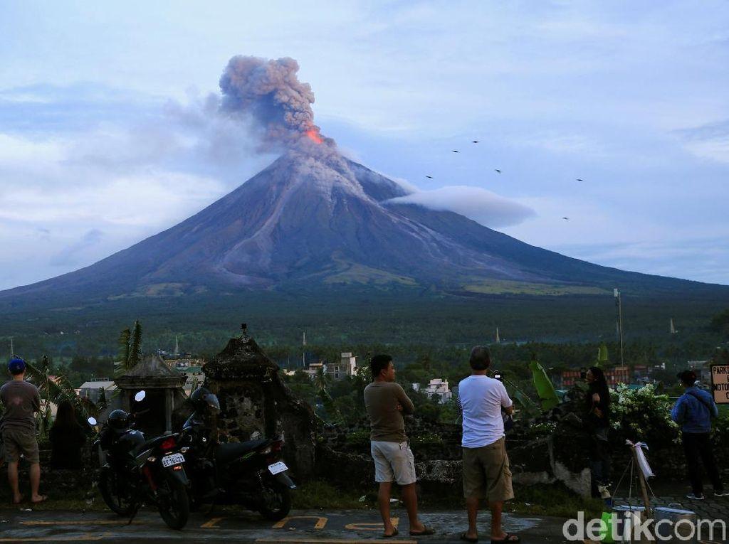 Gunung Mayon di Filipina Meletus!