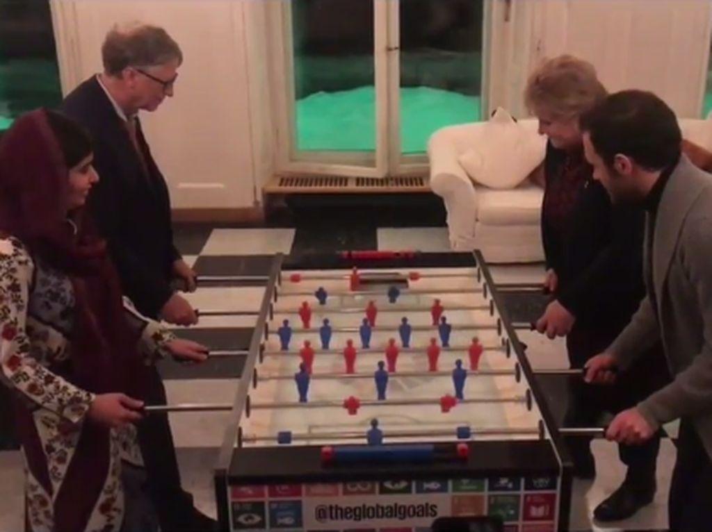 Bill Gates Tanding Foosball Lawan Juan Mata